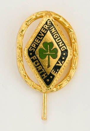 Anstecknadel in Gold mit goldenem Kranz (hergestellt von der Firma Dierlamm in Pforzheim)